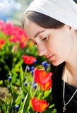 Portrait de jeune femme dans l'écharpe Images libres de droits