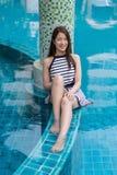 Portrait de jeune femme dans la piscine images stock