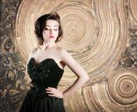 Portrait de jeune femme, dans la robe noire, dans le rétro style photographie stock libre de droits