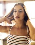 Portrait de jeune femme dans la robe rayée d'été photographie stock libre de droits