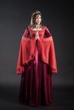 Portrait de jeune femme dans la robe rouge photo stock