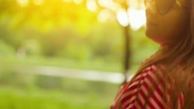 Portrait de jeune femme dans la robe rouge en été Jeune femme heureuse souriant ? l'appareil-photo Fermez-vous vers le haut du ti clips vidéos