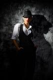 Portrait de jeune femme dans le chapeau sur le mur Images stock
