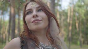 Portrait de jeune femme dans le costume théâtral et composer du nymth de forêt dansant dans la représentation ou la fabrication d banque de vidéos