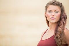 Portrait de jeune femme dans le grand domaine de blé Photos libres de droits