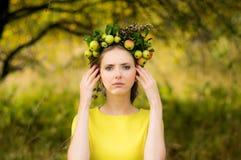Portrait de jeune femme dans le jardin de pomme photographie stock libre de droits