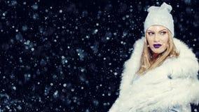 Portrait de jeune femme dans Noël extérieur d'hiver photo stock