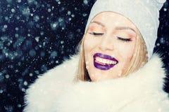 Portrait de jeune femme dans Noël extérieur d'hiver photos stock