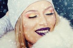 Portrait de jeune femme dans Noël extérieur d'hiver photographie stock libre de droits