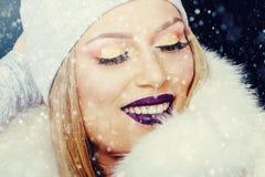 Portrait de jeune femme dans Noël extérieur d'hiver photos libres de droits