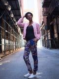 Portrait de jeune femme de couleur dans la rue sombre de ville Images libres de droits