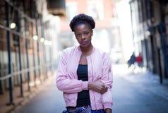 Portrait de jeune femme de couleur sur la rue de ville Photographie stock libre de droits