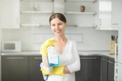 Portrait de jeune femme de sourire à la cuisine photo libre de droits