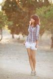 Portrait de jeune femme de sourire blonde attirante au parc de vert d'été. Images libres de droits