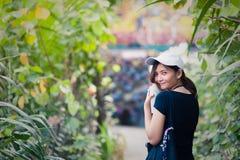 Portrait de jeune femme de sourire extérieur une façade de maison ronde Appréciez la nature photos libres de droits