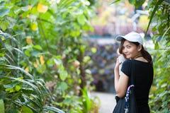 Portrait de jeune femme de sourire extérieur une façade de maison ronde Appréciez la nature images libres de droits