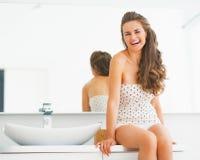 Se reposer sur une toilette photos libres de droits image 24320208 for Comfemme nue dans la salle de bain