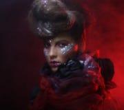 Portrait de jeune femme de stylisn avec le visage créatif Photographie stock