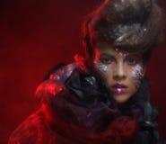 Portrait de jeune femme de stylisn avec le visage créatif Photo libre de droits