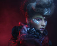 Portrait de jeune femme de stylisn avec le visage créatif Images stock