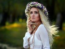 Portrait de jeune femme extérieur image libre de droits