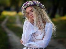 Portrait de jeune femme extérieur photographie stock