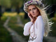 Portrait de jeune femme extérieur photo stock