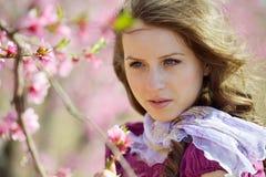 Portrait de jeune femme extérieur au printemps photos libres de droits