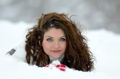 Portrait de jeune femme extérieur en hiver Image stock