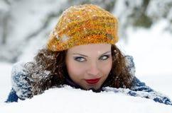 Portrait de jeune femme extérieur en hiver Photographie stock libre de droits