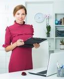 Portrait de jeune femme gaie dans le bureau Image libre de droits