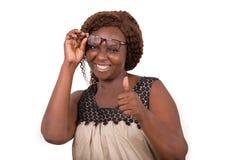 Portrait de jeune femme heureuse ajustant des verres photographie stock
