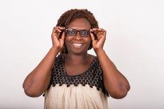 Portrait de jeune femme heureuse ajustant des verres images libres de droits
