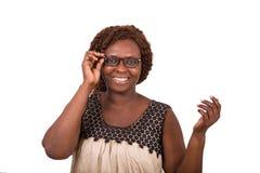 Portrait de jeune femme heureuse ajustant des verres photos libres de droits
