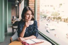 Portrait de jeune femme heureuse d'affaires avec la tasse dans le drinkin de mains photos libres de droits