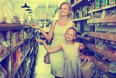 Portrait de jeune femme heureuse et de fille faisant des emplettes heureusement Photos stock