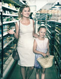 Portrait de jeune femme heureuse et de fille faisant des emplettes heureusement Photo stock