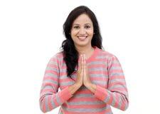 Portrait de jeune femme indienne en position de prière images stock