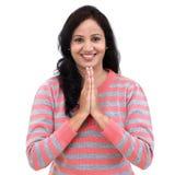 Portrait de jeune femme indienne en position de prière photographie stock libre de droits
