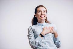 Portrait de jeune femme joyeuse attirante la fille obtient de bonnes actualités images libres de droits