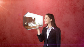 Portrait de jeune femme jugeant 3d intérieur sur la paume ouverte de main, au-dessus du fond d'isolement de studio Concept d'affa Images libres de droits