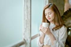 Portrait de jeune femme magnifique de brune image stock