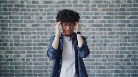 Portrait de jeune femme malade touchant le sentiment de headacke de douleur de front mauvais banque de vidéos
