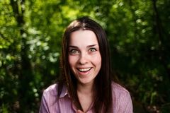 Portrait de jeune femme mignonne riante étonnée avec le sourire large Photo stock