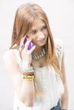 Portrait de jeune femme parlant par le téléphone intelligent d'en haut Photo stock