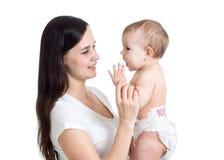 Portrait de jeune femme regardant sa fille de bébé Mère jouant avec le gosse Image stock