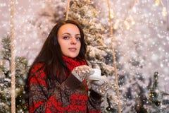 Portrait de jeune femme se reposant sous les lampes-torches et le holdin Photo stock