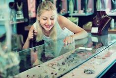 Portrait de jeune femme se tenant à côté des étalages en verre Photographie stock