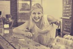 Portrait de jeune femme se tenant à côté des étalages en verre Photographie stock libre de droits