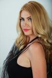 Portrait de jeune femme sensuelle avec le maquillage lumineux et les longs cheveux blonds Photos stock